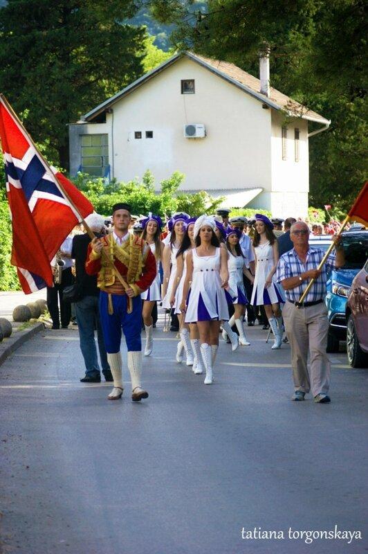 Праздничное шествие на улицах Игало