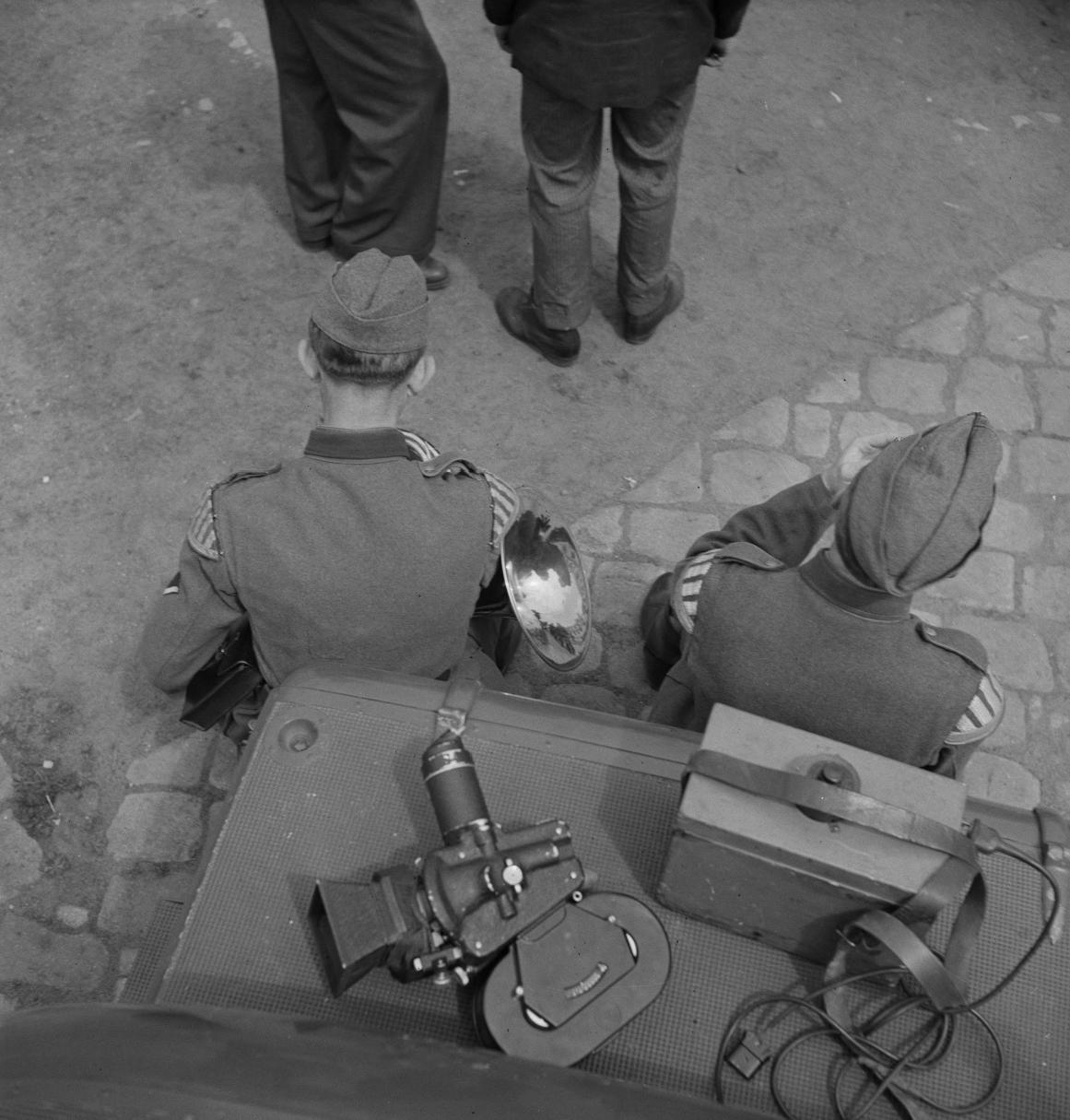 05. Музыканты стоят рядом с камерой кинооператора