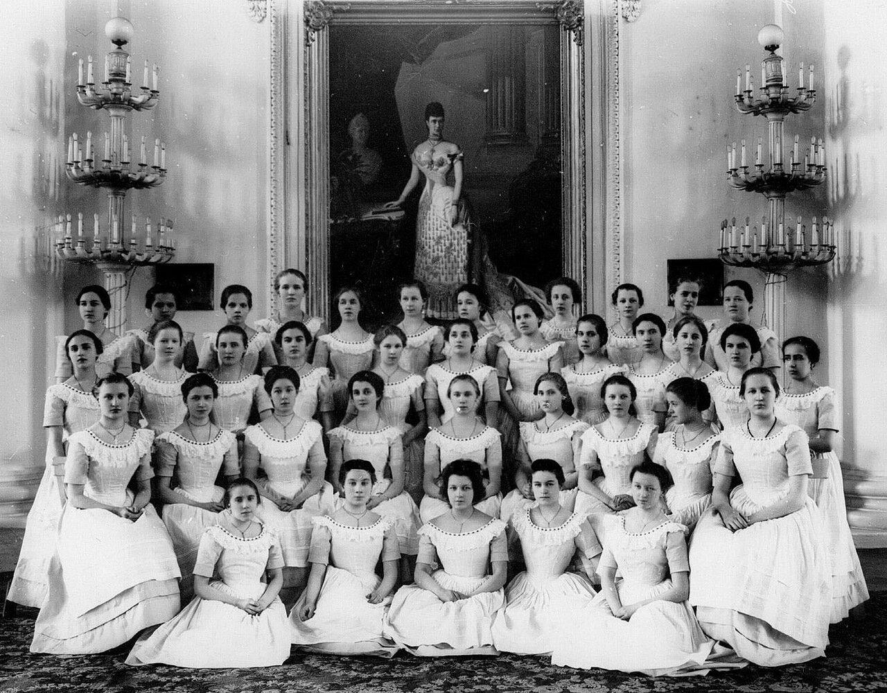 59. Группа воспитанниц в бальных платьях