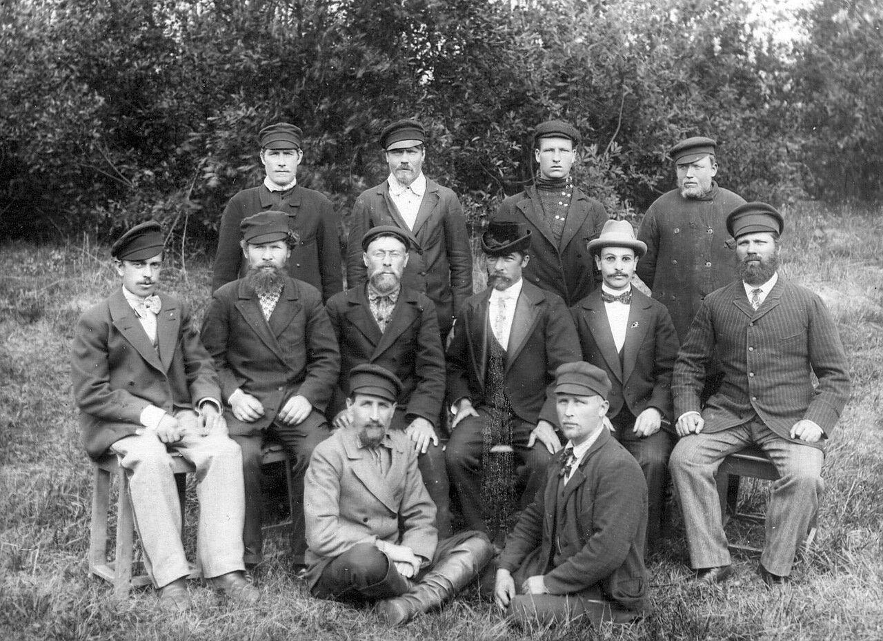 Группа рабочих и служащих