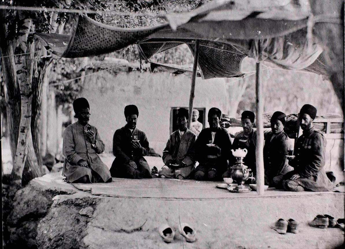 Персы в палатке пьют чай