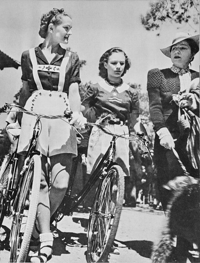 1938. Молодые велосипедистки в Париже