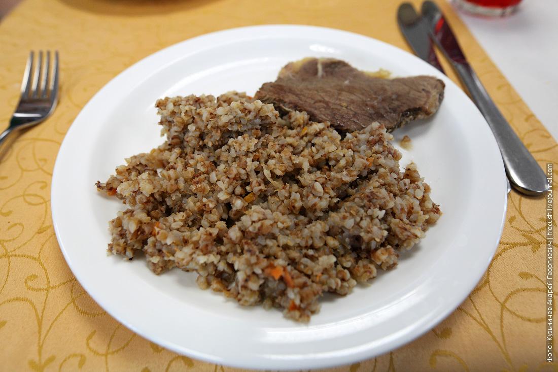Мясо отварное, каша гречневая с луком и морковью