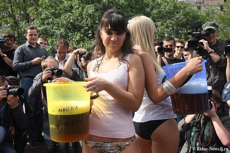 ...пивом ради легкого стриптиза поклонниц Медведева оказалось немного.