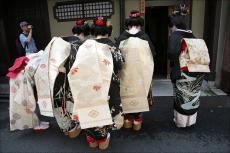 Поклон - основная форма выражения уважения в Японии
