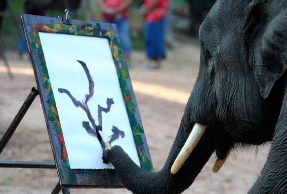 слон с кистью