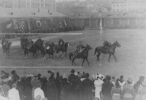 Группа конников на состязаниях.