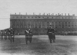 Император Николай II, командир полка генерал Д.Г. Щербачев и высший офицерский состав  принимают ординарцев на Марсовом поле.