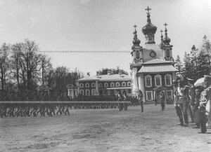 Церемониальный марш полка в день храмового праздника Конно-гренадерского полка в присутствии императора Николая II .