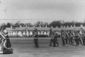 Император Николай II с группой великих князей и генералов на параде полка.