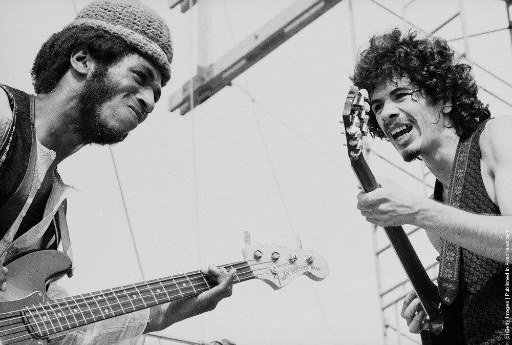 "Hippies.Карлос Сантана (справа) и американский басист Дэвид Браун  на фестивале ""Woodstock"", 16 августа 1969 года."