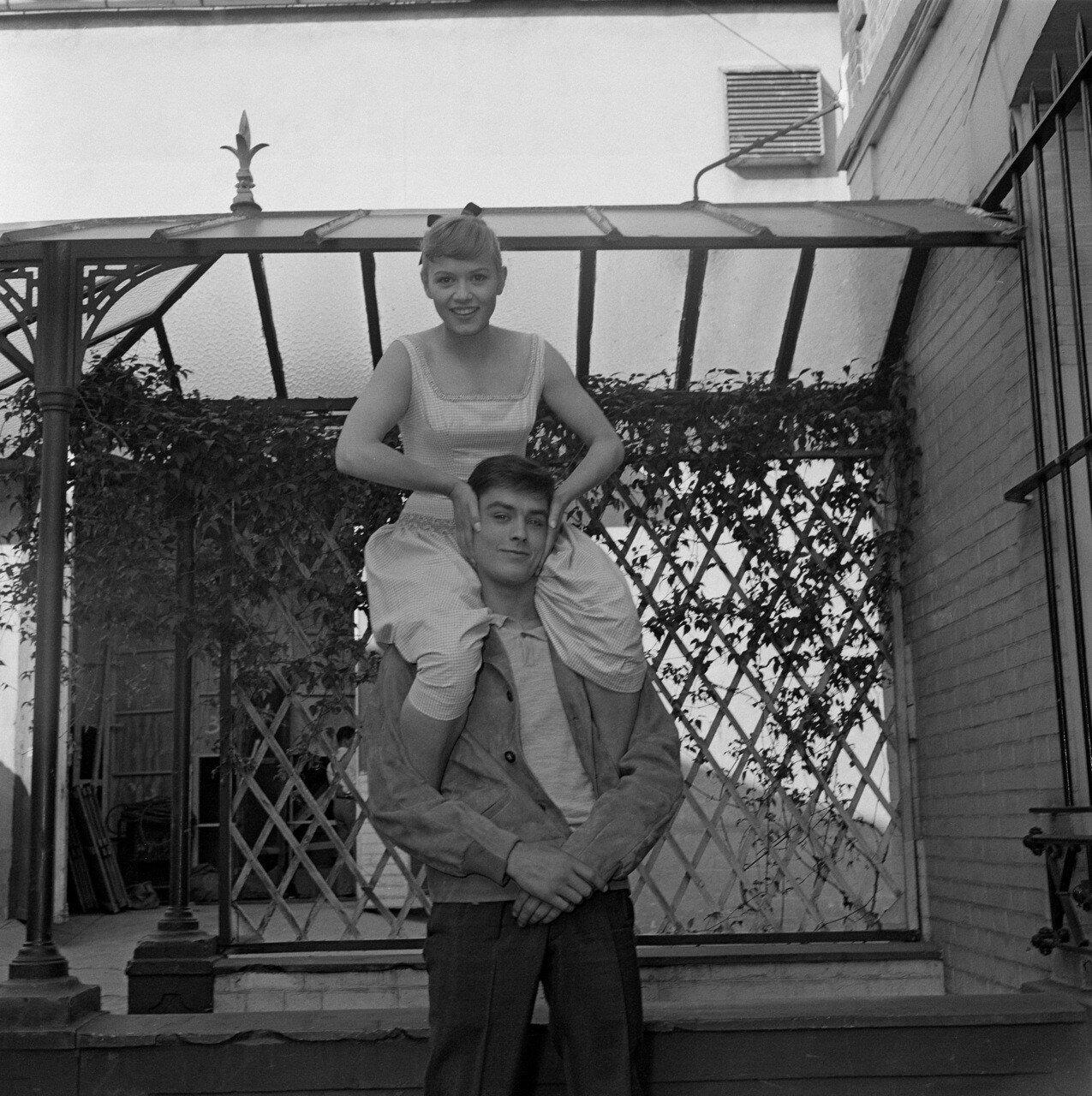 1957. На съемках фильма «Когда вмешивается женщина» с Софи Домье