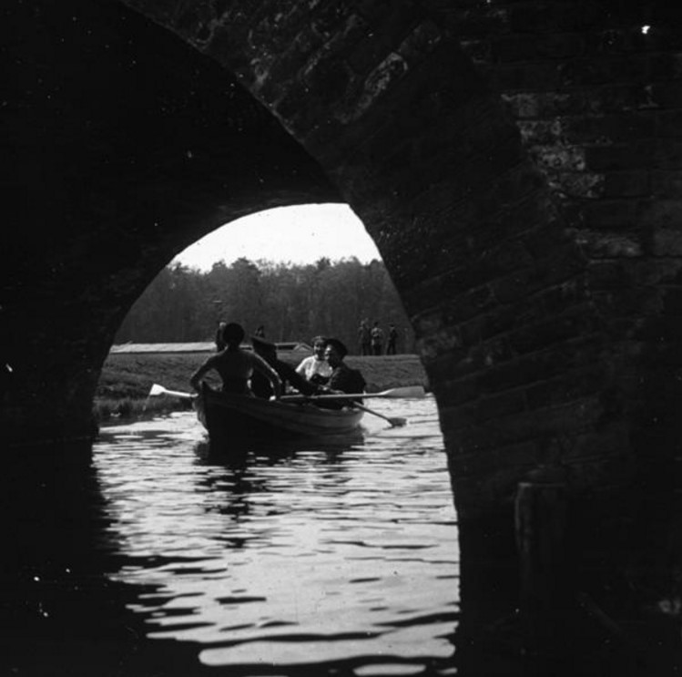 Лодка у моста