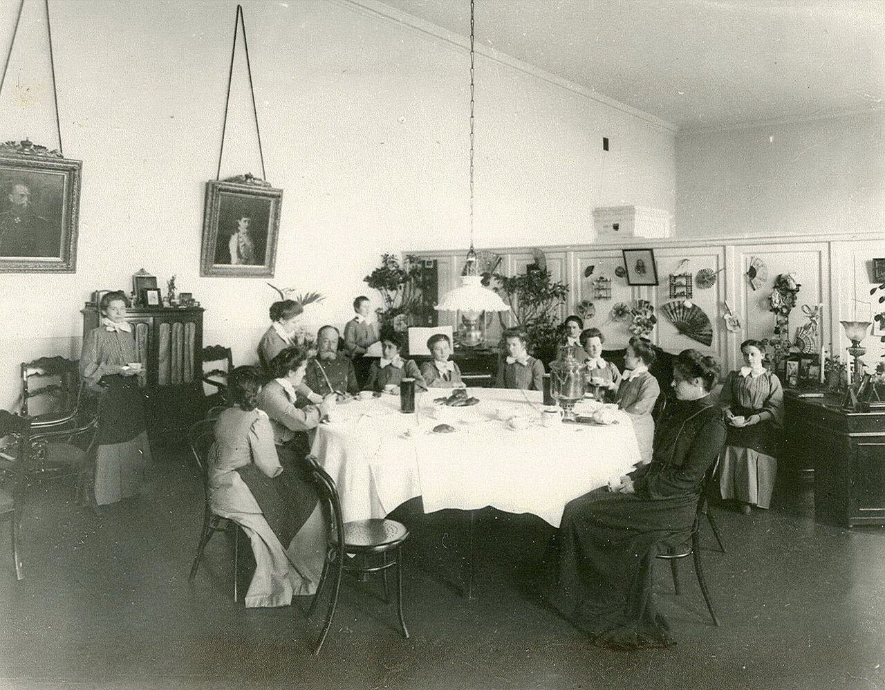 56. Генерал с воспитанницами Смольного института в гостиной за чайным столом