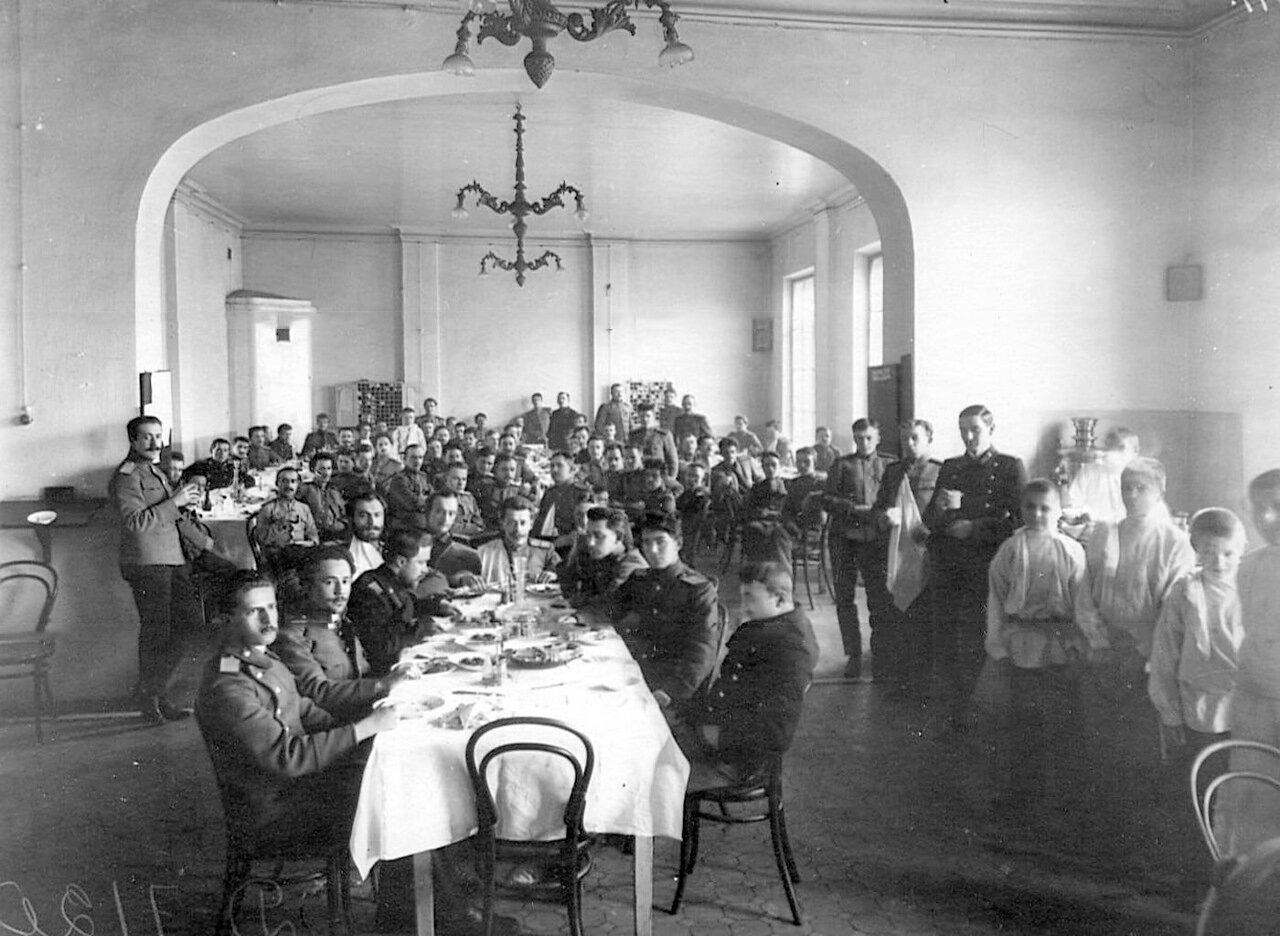 47. Слушатели академии в столовой за обедом