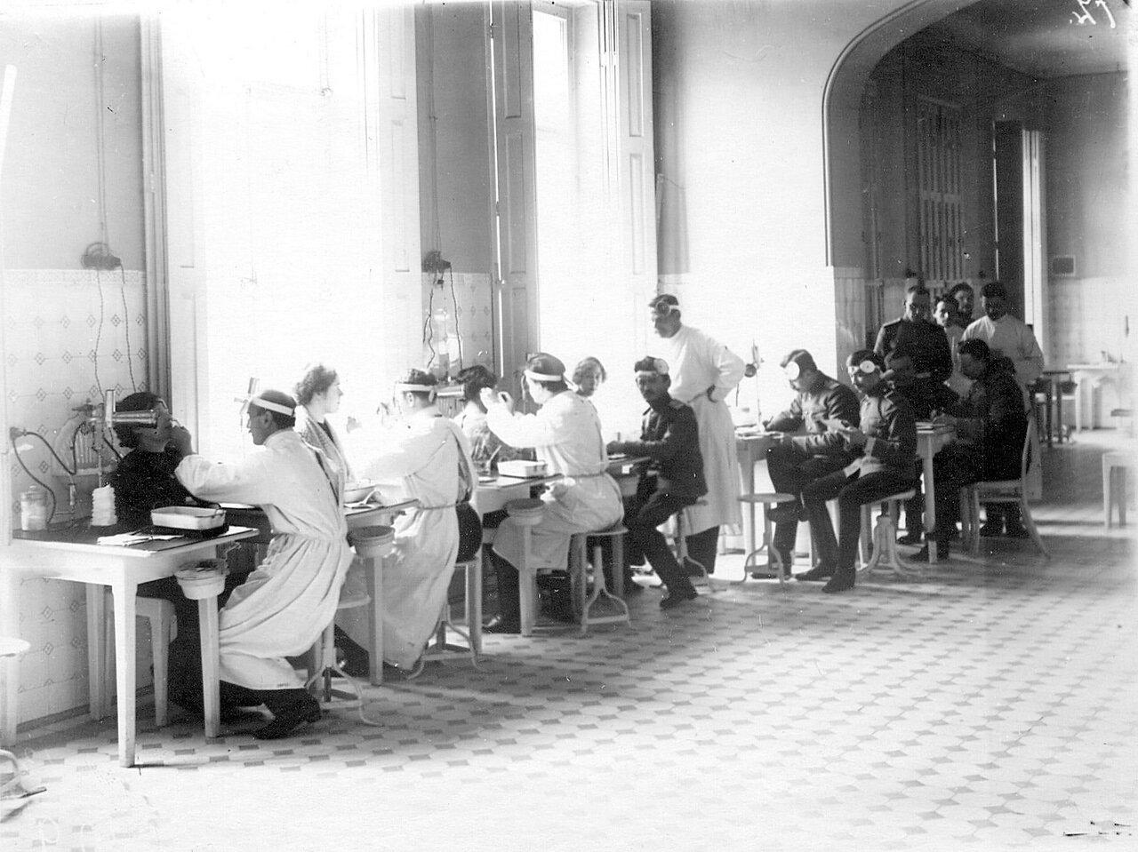 105. Слушатели старших курсов принимают больных в оториноларингологической клинике академии