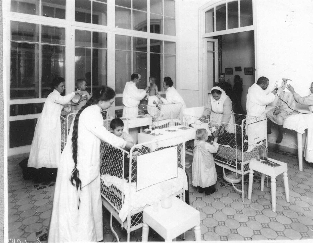 67. Медицинский осмотр детей в детской клинике женского медицинского института. 1913