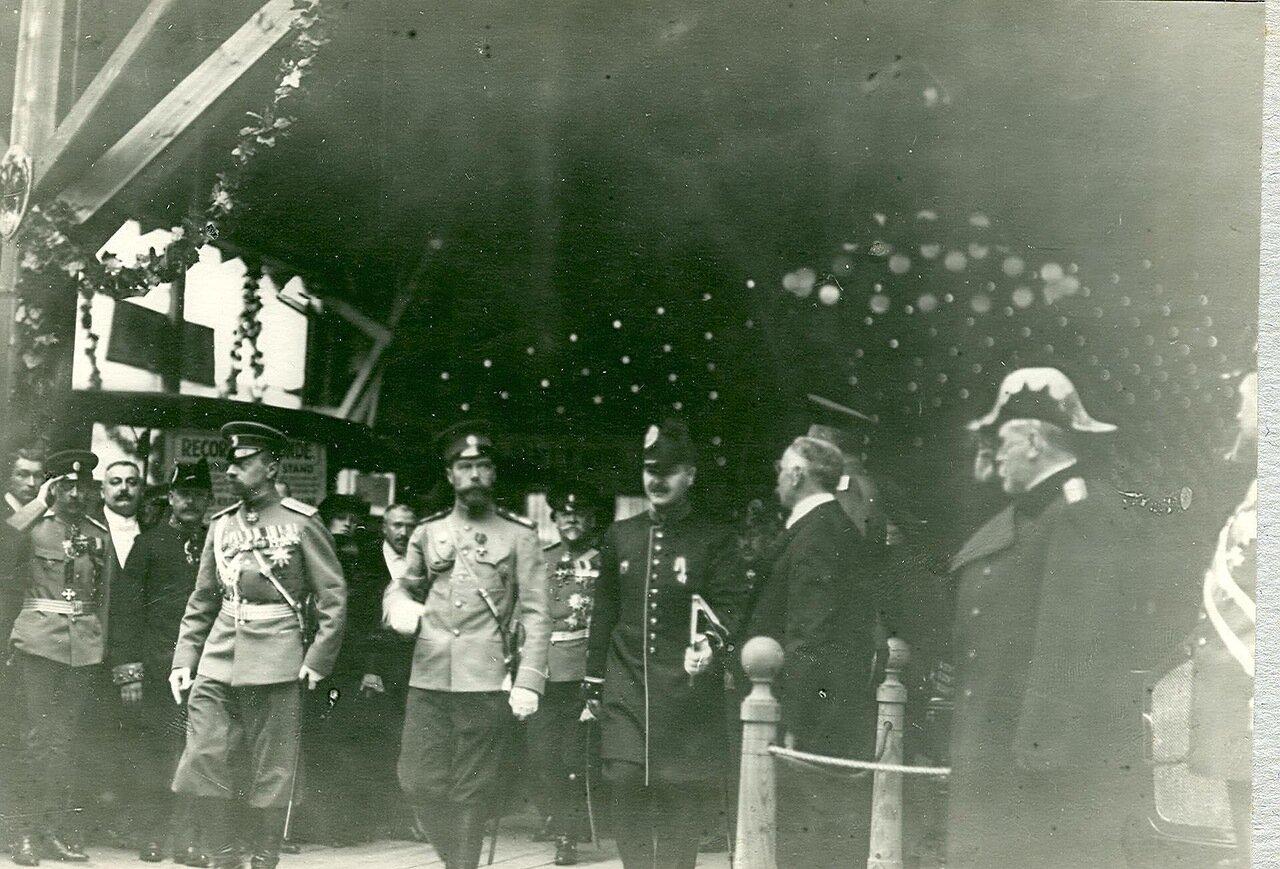 06. Император Николай II и сопровождающие его лица в выставочном зале