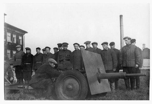 """Ополченцы изучают 45-мм пушку """"ленинградку""""."""
