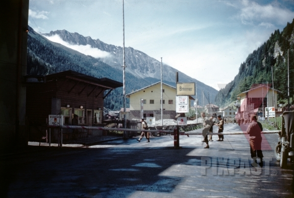 stock-photo-american-soldiers-setting-up-road-block-on-brenner-pass-border-between-austria-and-italy-1945-13122.jpg