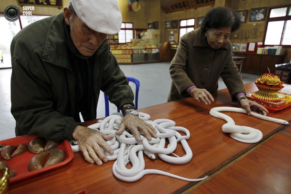 Прилавок в Храме белых змей, Янмэй, уездТаоюань, Тайвань. (AP Photo/Wally Santana)