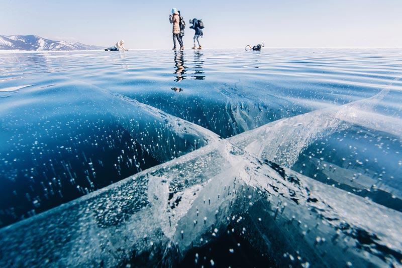 Лед постоянно трескается. При сильном морозе трещины, имеющие местное название «становые щели», разр