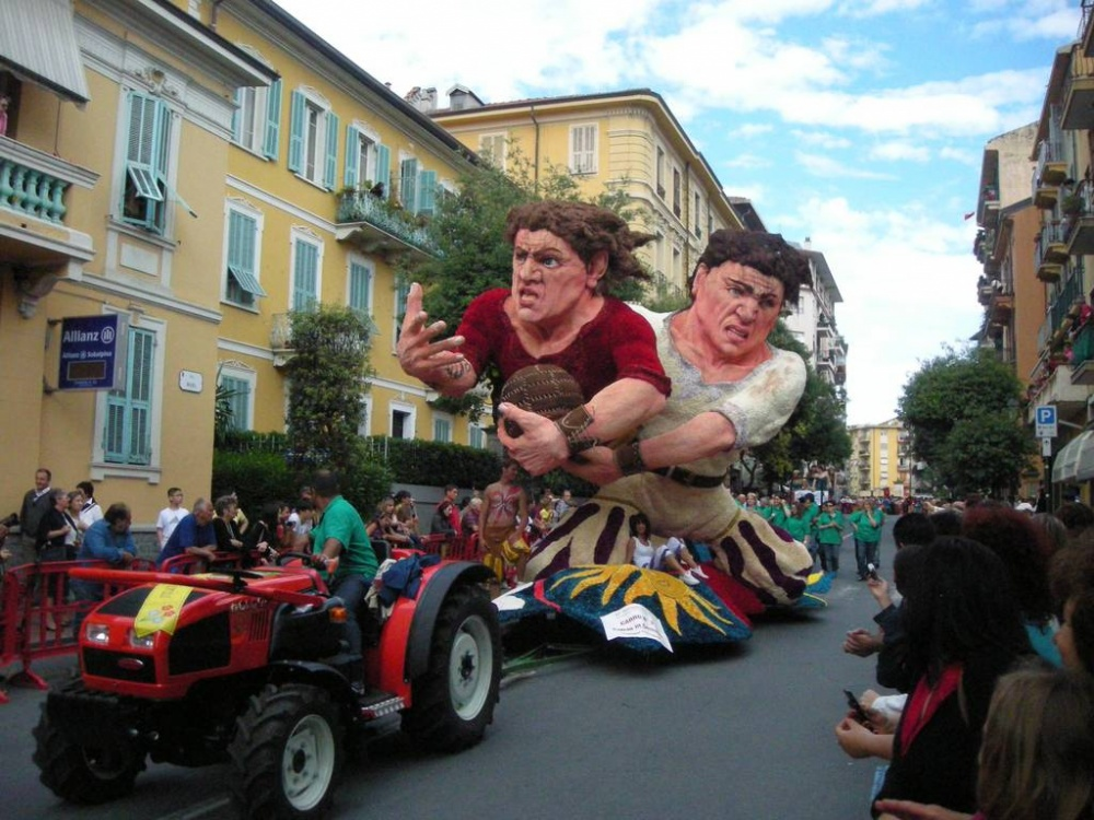 Фестиваль «Цветочное сражение» проводится вгородке Вентимилья раз вдва года. Длится онвсего два д