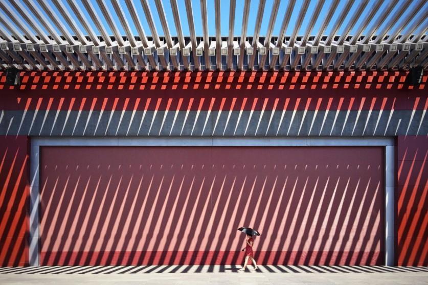 «На фоне красной китайской стены идёт леди в красном платье». Напоминаем, что уже принимаются заявки
