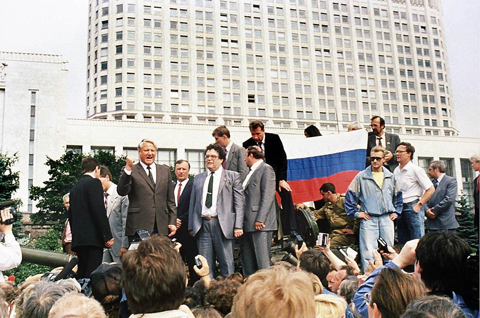 6. Борис Ельцин на танке напротив здания правительства 19 августа 1991 г. Ельцин обратился к толпе с
