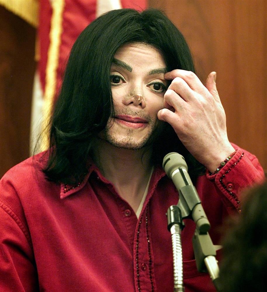 Майкл Джексон дает показания на заседании суда 13 ноября 2002 года в Санта-Марии, штат Калифорния. К
