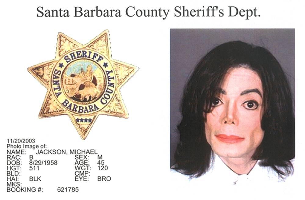 Фотография Джексона, сделанная в полицейском участке округа Санта-Барбара 30 ноября 2003 года. В 200
