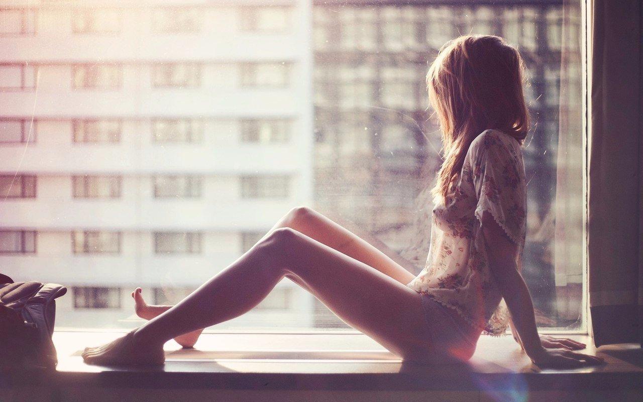 Фото девушки со спины и на коленях