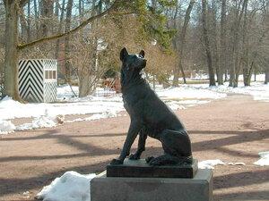 Скульптура одной из двух собак у Китайского дворца.