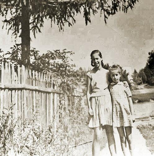 Та которая повыше Эмма дочь Ревеки Григорьевны учит по Ан яз в 3 школе на станции Сейчас живет в австралии 1969г фото от Галины Шведовой #Солнцево