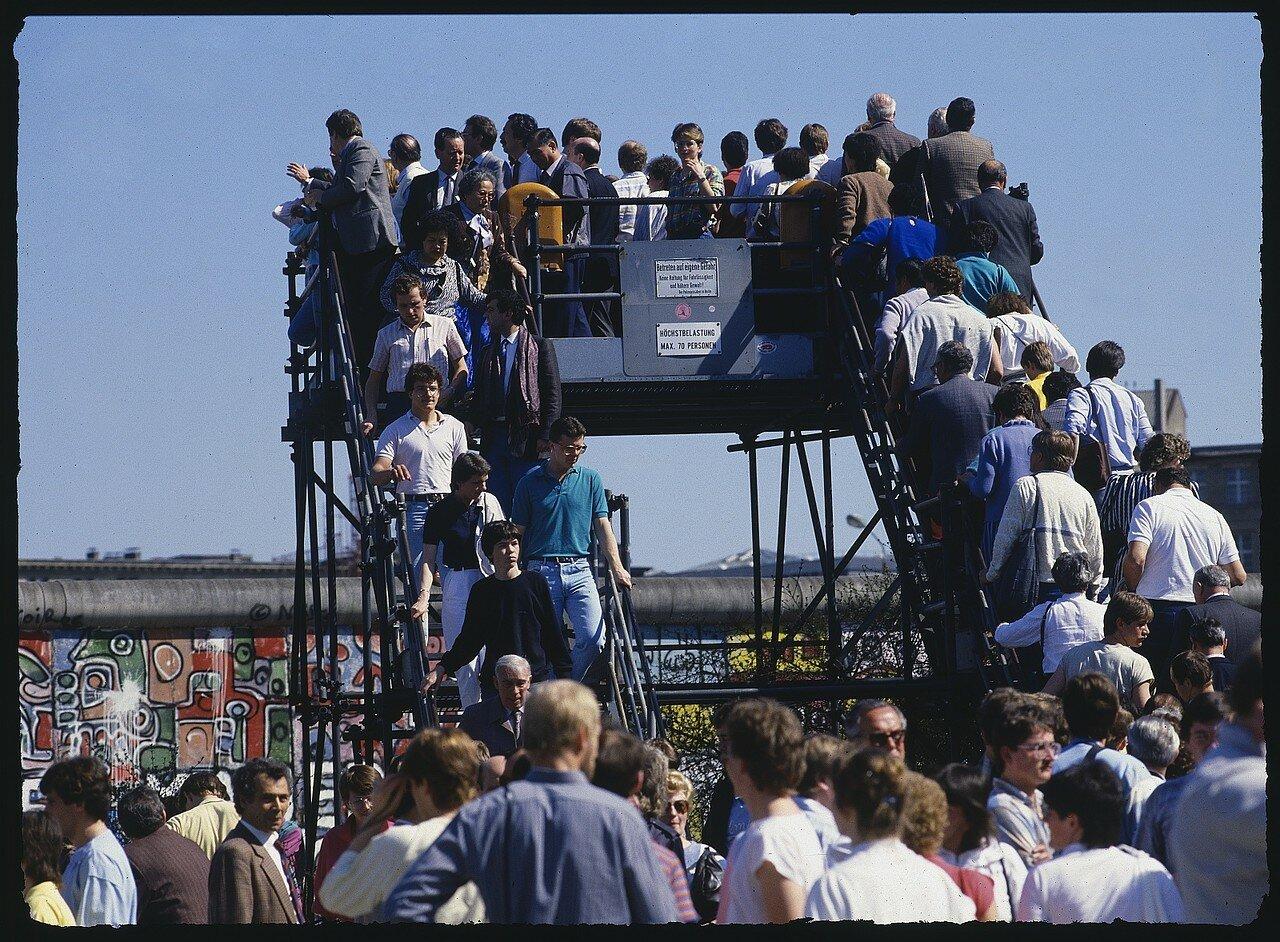 Западный Берлин. Толпа на смотровой площадке Потсдамской площади