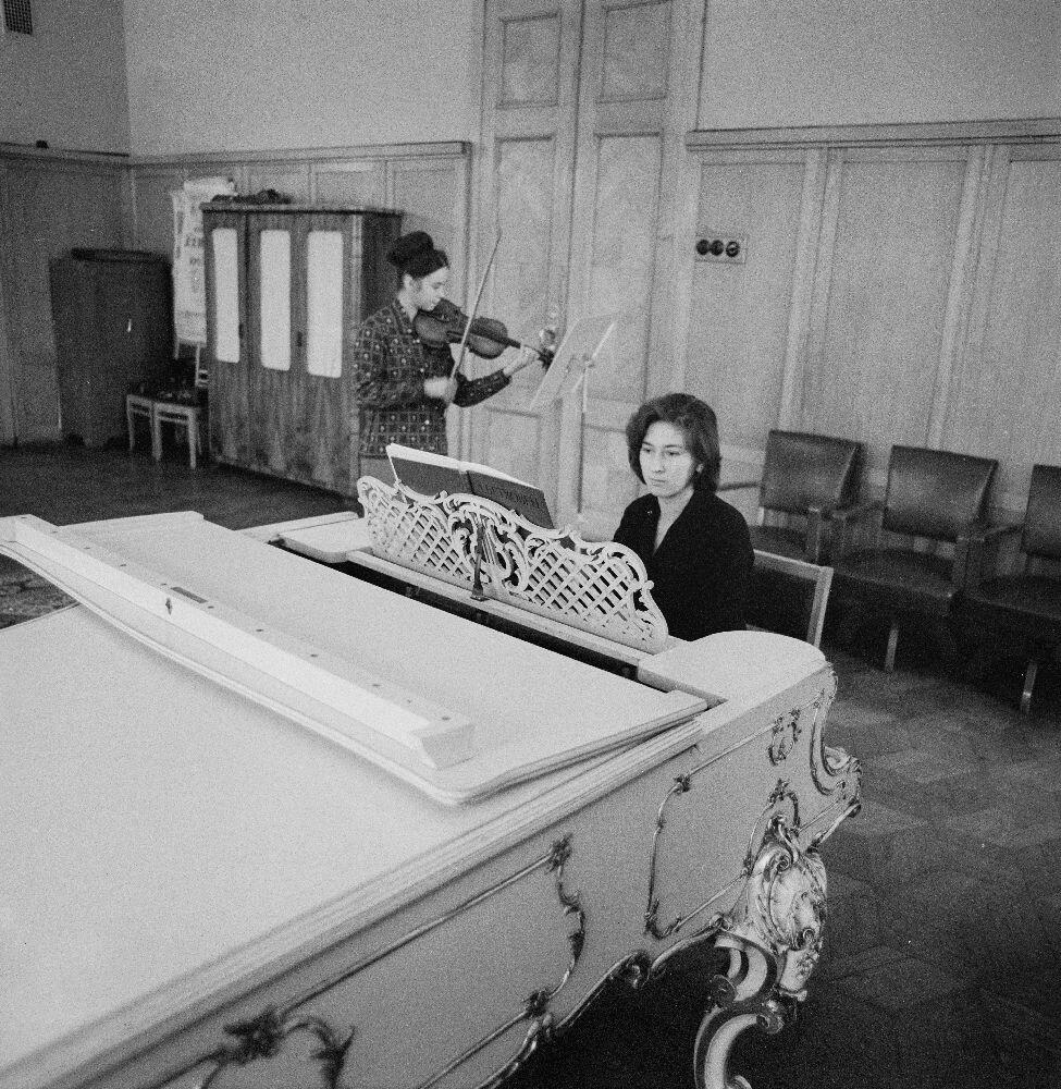 Пианистка и скрипачка
