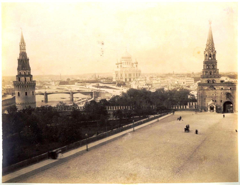 Вид из Кремля на Храм Христа Спасителя