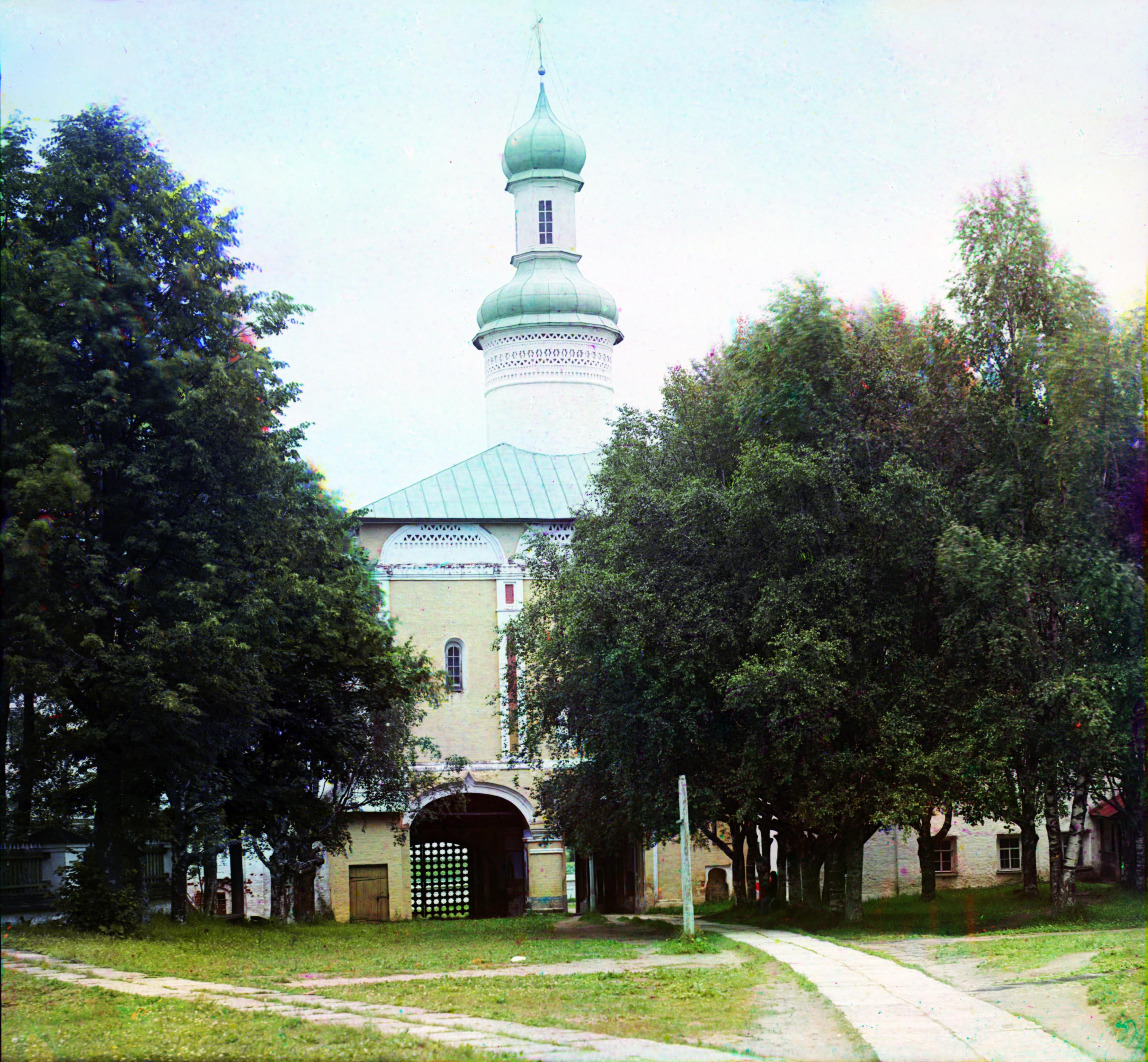 Кирилло-Белозерский монастырь. Святые ворота с внутренней стороны с церковью Иоанна Лествичника