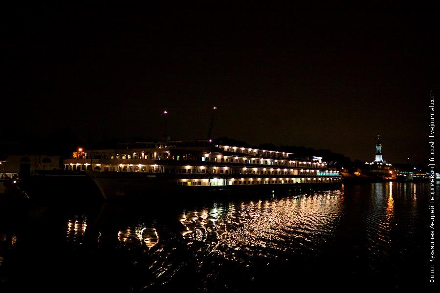Северный речной порт ночью