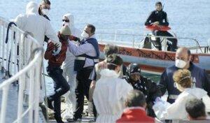 Судно с 700 нелегалами перевернулось в Средиземном море