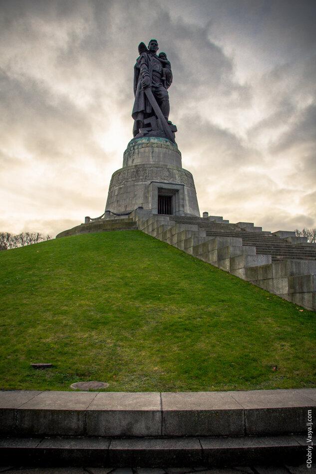 Купить памятник на кладбище Судогда Мемориальный комплекс из малинового кварцита и гранитов Пролетарская