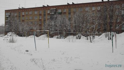 Фото города Инта №6557  Двор (северная сторона дома) Куратова 26 23.04.2014_11:42