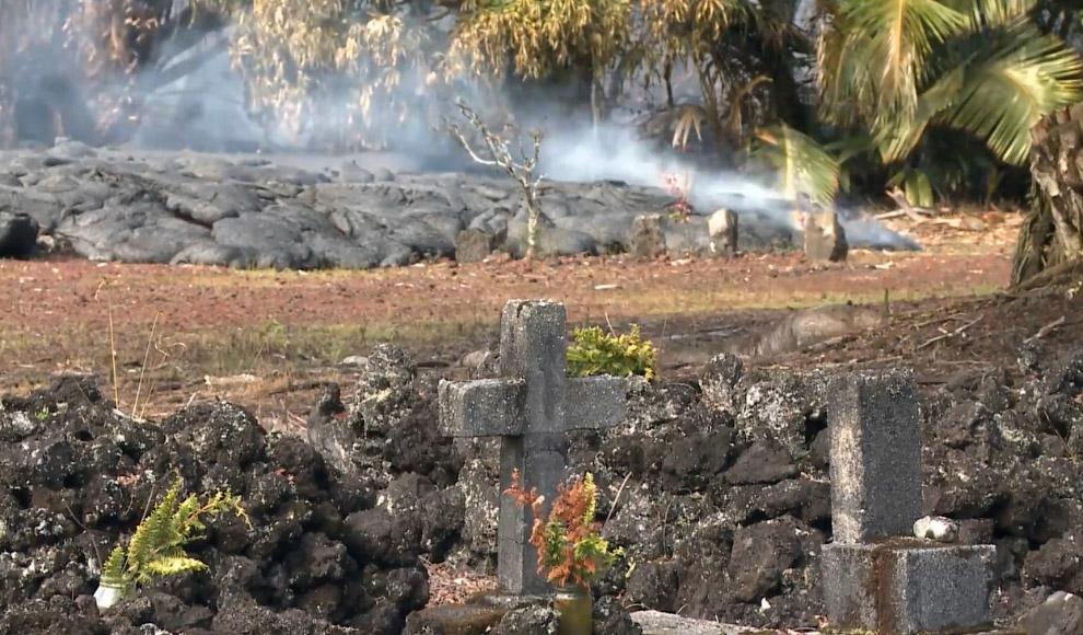17. Лава на кладбище, 26 октября 2014. (Фото County of Hawaii):
