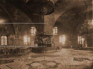 Интерьер Грановитой палаты с приготовленными столами для трапезы (сановников, высших духовных, военных и гражданских лиц), состоявшейся после окончания церемонии торжественной коронации.