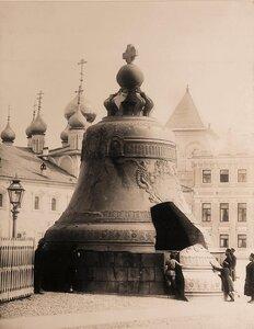 Группа [горожан] у Царь-колокола на Ивановской площади Кремля.