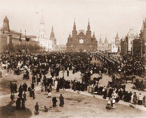 Жители Москвы и окрестностей на Красной площади в дни [объявления даты священного коронования];справа, перед торговыми рядами - [дивизионы кавалергардского и лейб-гвардии конного полков].