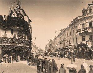 Вид празднично украшенных к торжествам коронации домов в районе Охотного ряда и Моховой улицы.