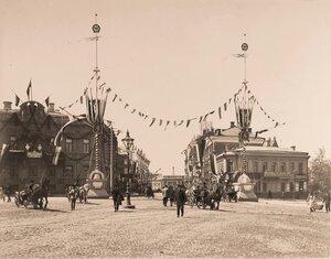 Вид мачт,украшенных флажками,поставленных на одной из площадей к торжествам коронации.