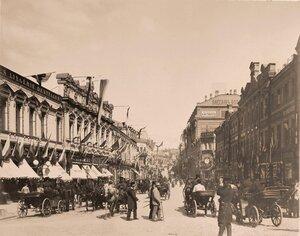 Вид празднично украшенных к торжествам коронации домов на Кузнецком мосту;справа - Пассаж К.С.Попова.