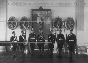 Саперы батальона в форме образца 1912 года в офицерском собрании батальона.